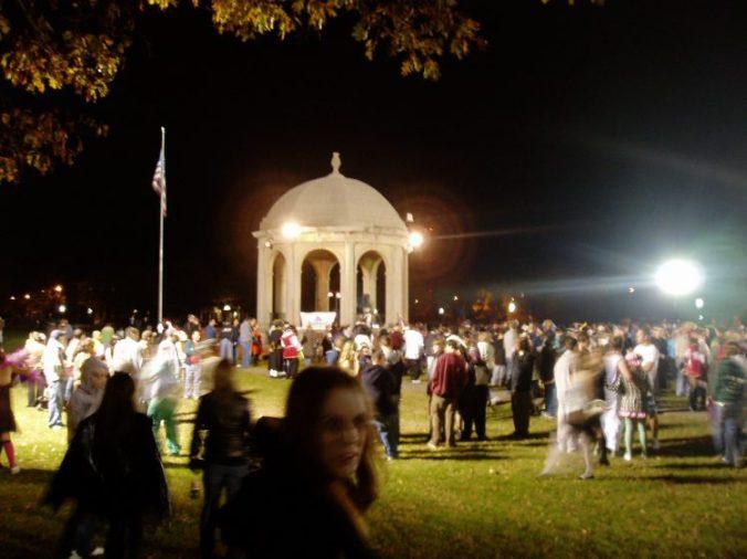La foule arrive au Washington Square pour la fête