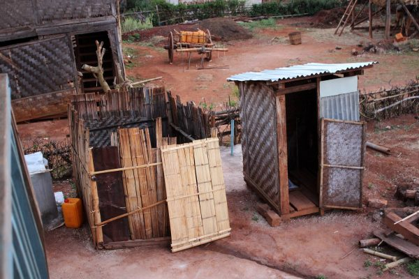 Douche à gauche, toilette à droite…