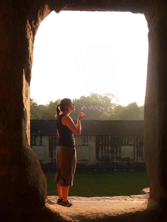 Faire des bulles à Angko Wat